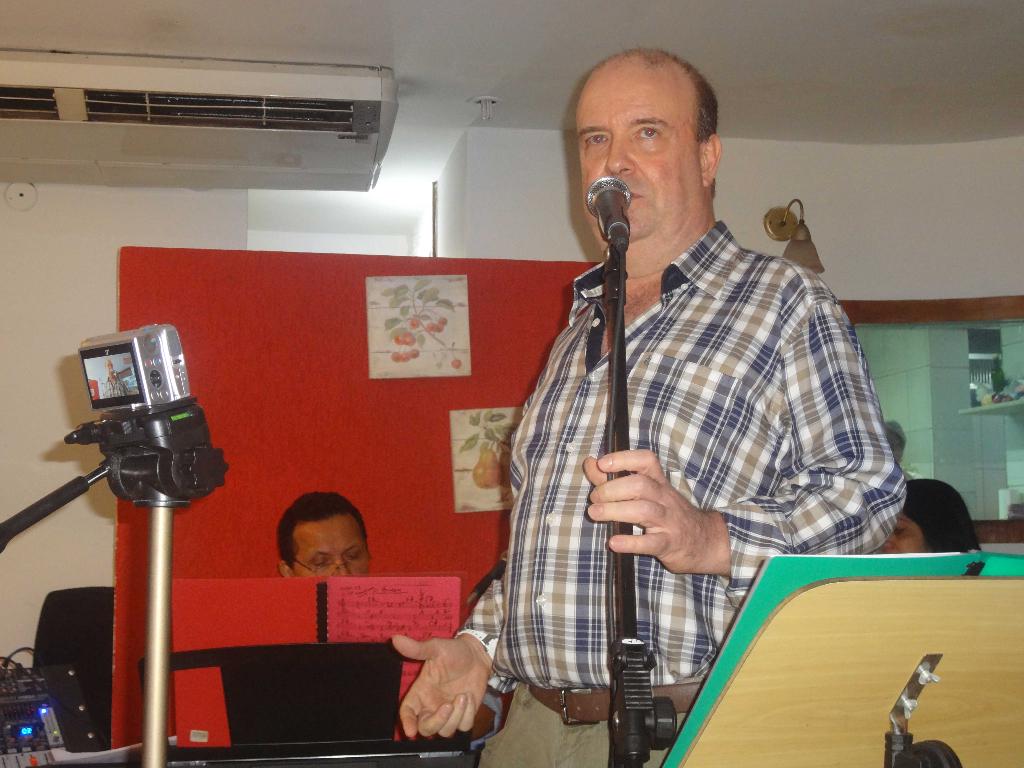 Cantor Décio Faro se apresenta em Show no Le Crepe em 2012